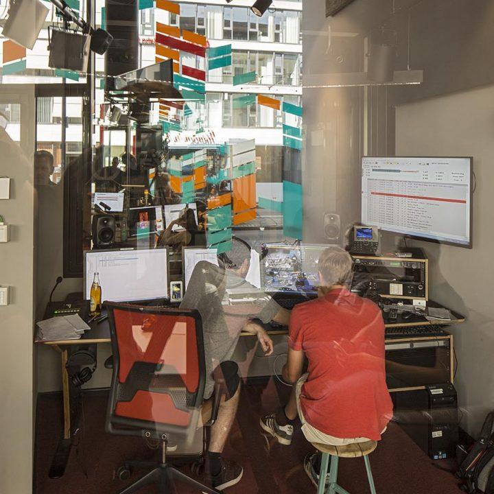 Bremen_next16 - Studio, Redaktionsraum, Arbeitsraum, Küche: Radio Bremen next. Innenraumgestaltung: rauminraum. September 2016